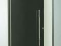 porta em vidro temperado fumê com puxador H e mola de piso.jpg